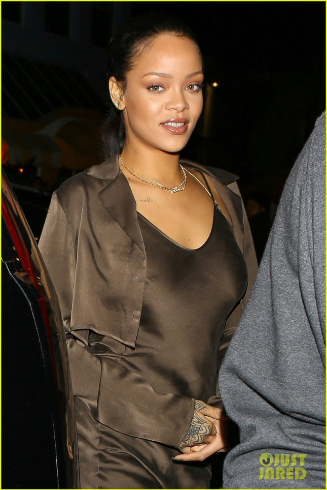 rihanna-grabs-dinner-at-her-favorite-spot-02