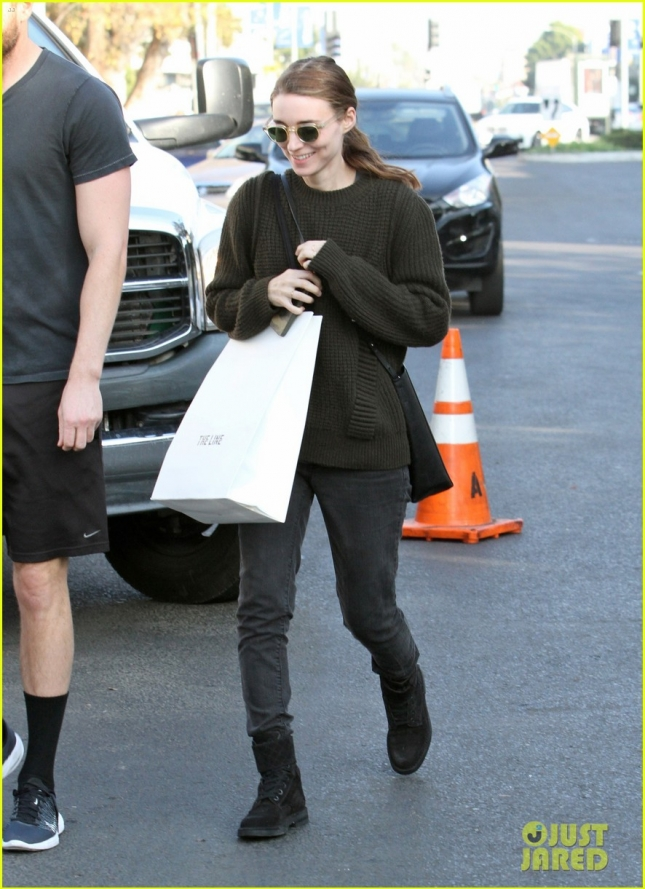 rooney-mara-goes-x-mas-shopping-with-bf-in-la-02