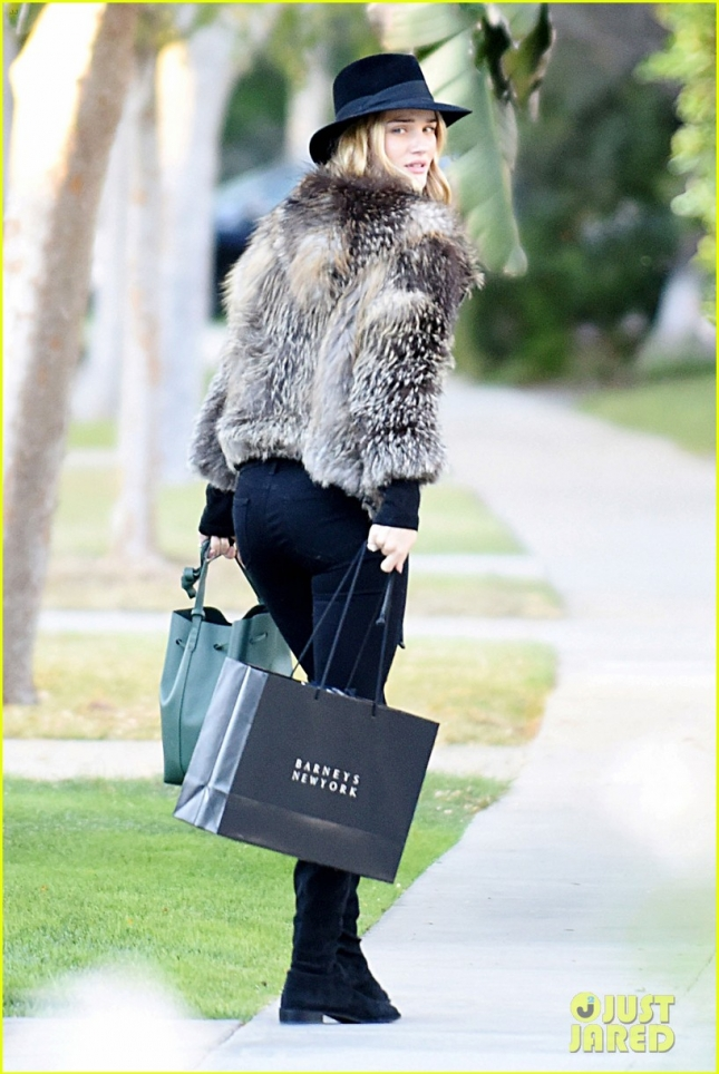 rosie-huntington-goes-shopping-in-fur-jacket-09