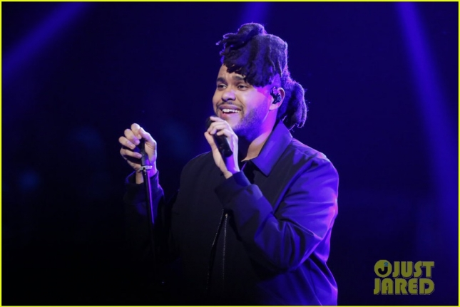 the-weeknd-performs-on-the-voice-finale-01