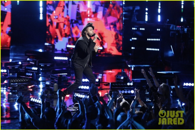 the-weeknd-performs-on-the-voice-finale-11