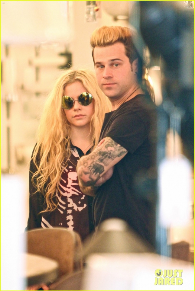 avril-lavigne-ryan-cabrera-shop-lights-03