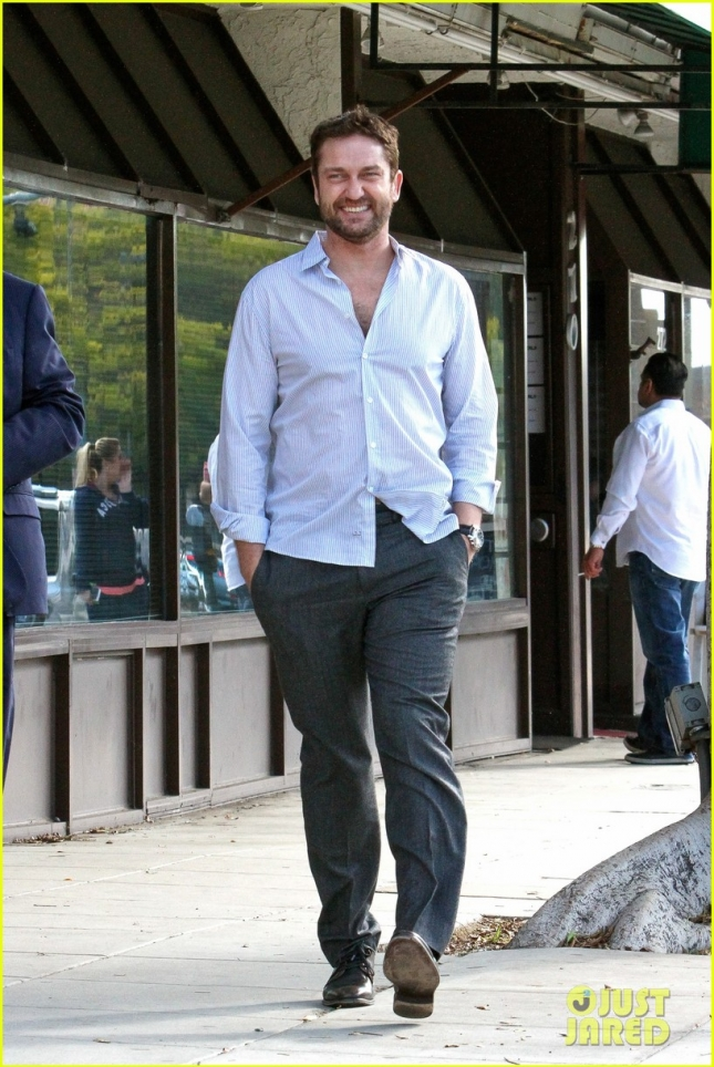 gerard-butler-grabs-sushi-in-beverly-hills-03