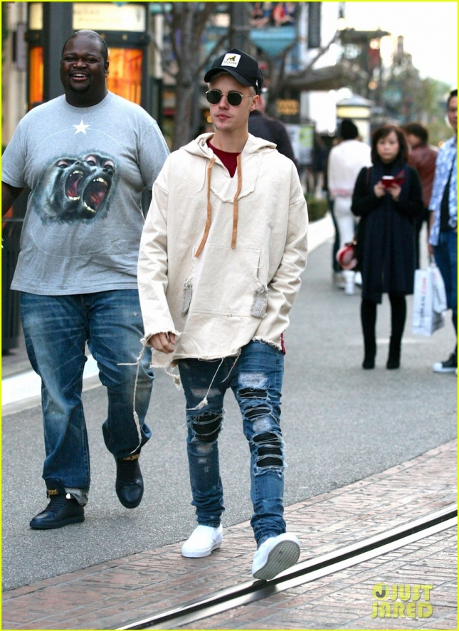 justin-bieber--grabs-dinner-at-cheesecake-factory-01