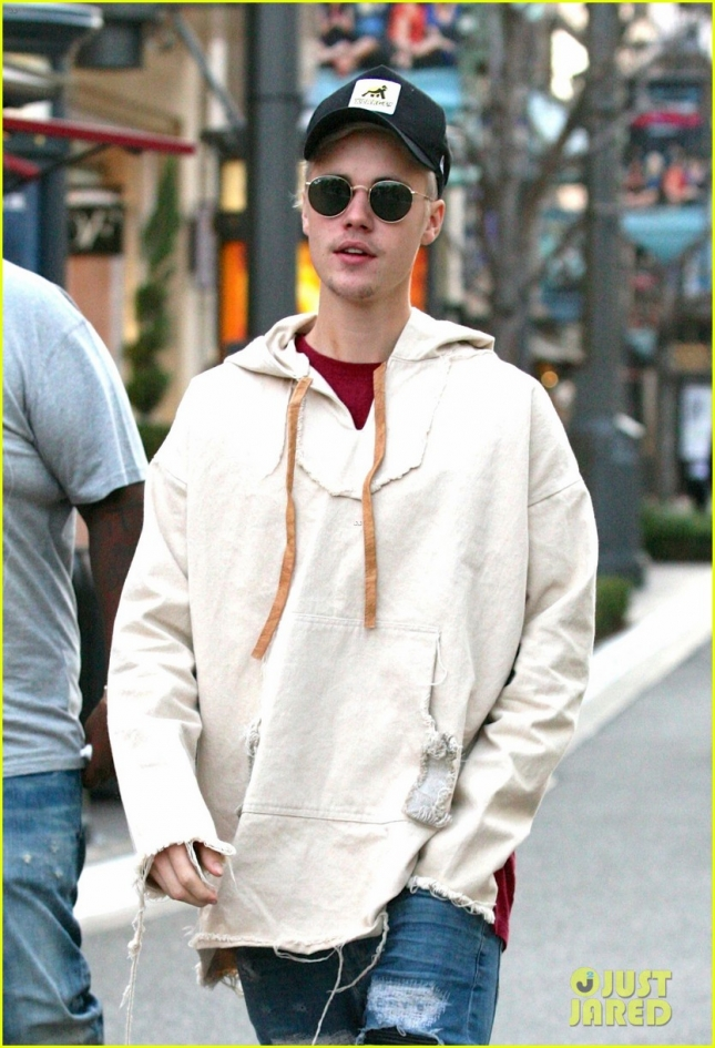 justin-bieber--grabs-dinner-at-cheesecake-factory-03