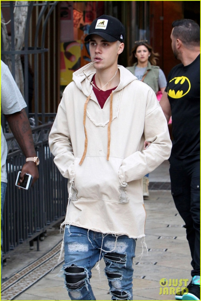 justin-bieber--grabs-dinner-at-cheesecake-factory-19