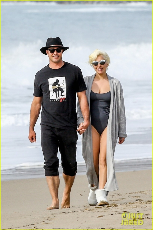 lady-gaga-taylor-kinney-hit-the-beach-after-the-globes-05