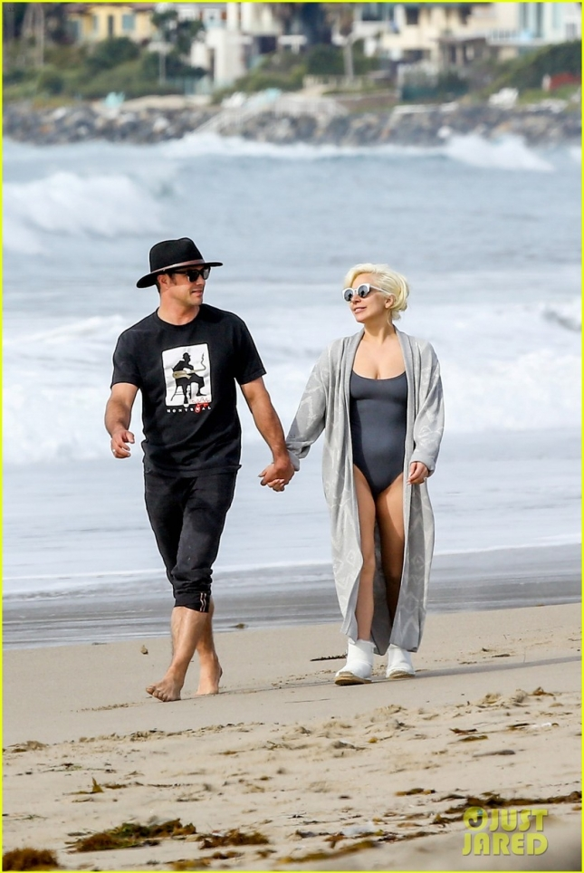 lady-gaga-taylor-kinney-hit-the-beach-after-the-globes-07