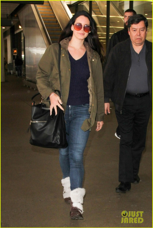 lana-del-rey-rocks-vintage-look-at-airport-02