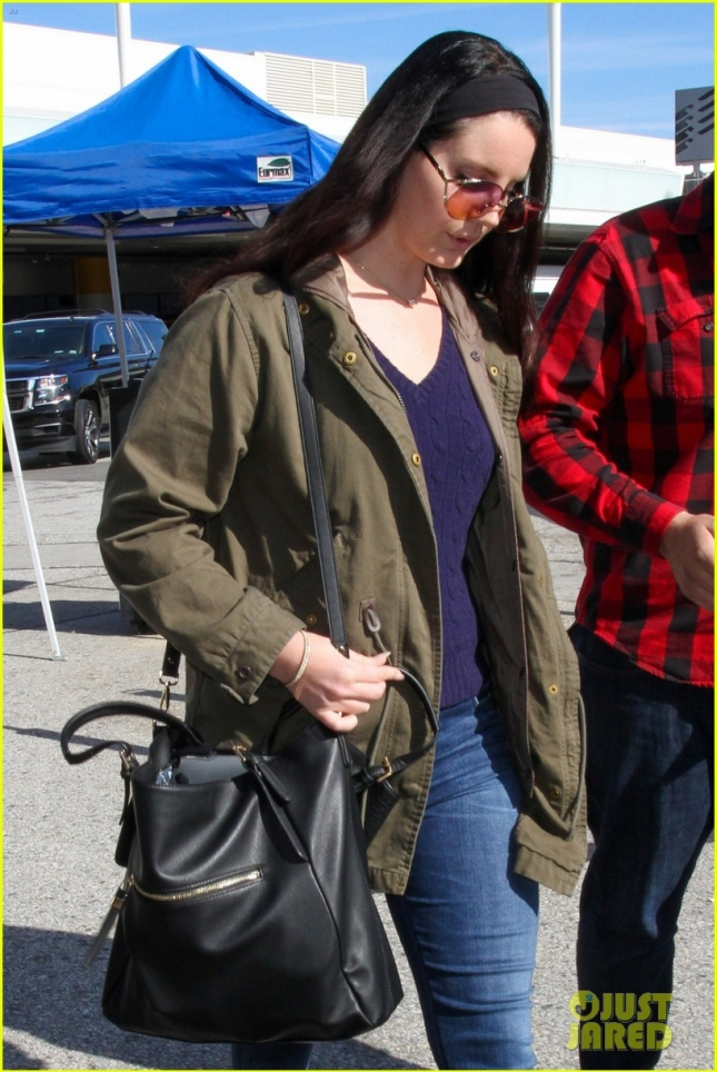 lana-del-rey-rocks-vintage-look-at-airport-03