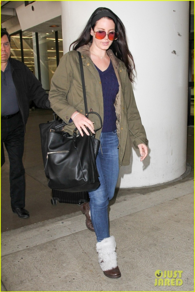 lana-del-rey-rocks-vintage-look-at-airport-10