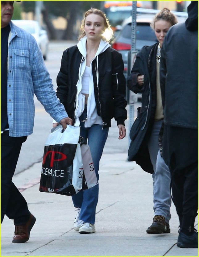 lily-rose-depp-shops-with-mom-01