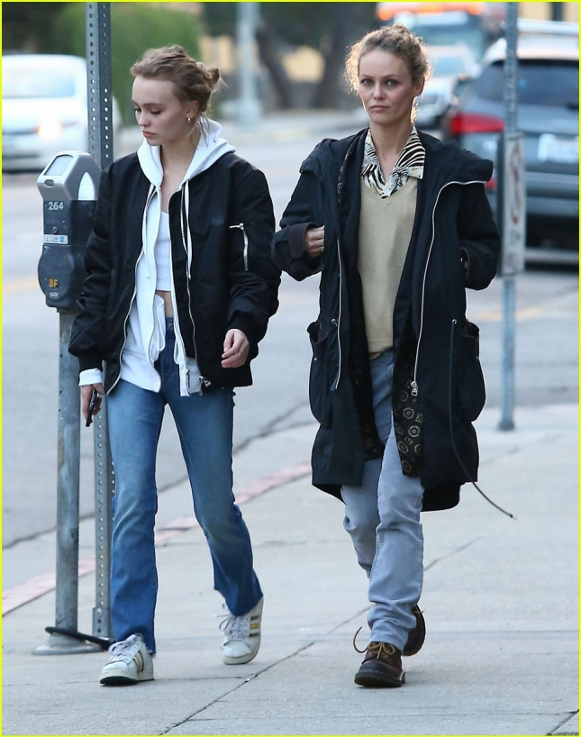 lily-rose-depp-shops-with-mom-07