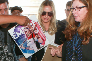 margot-robbie-flies-to-london-11