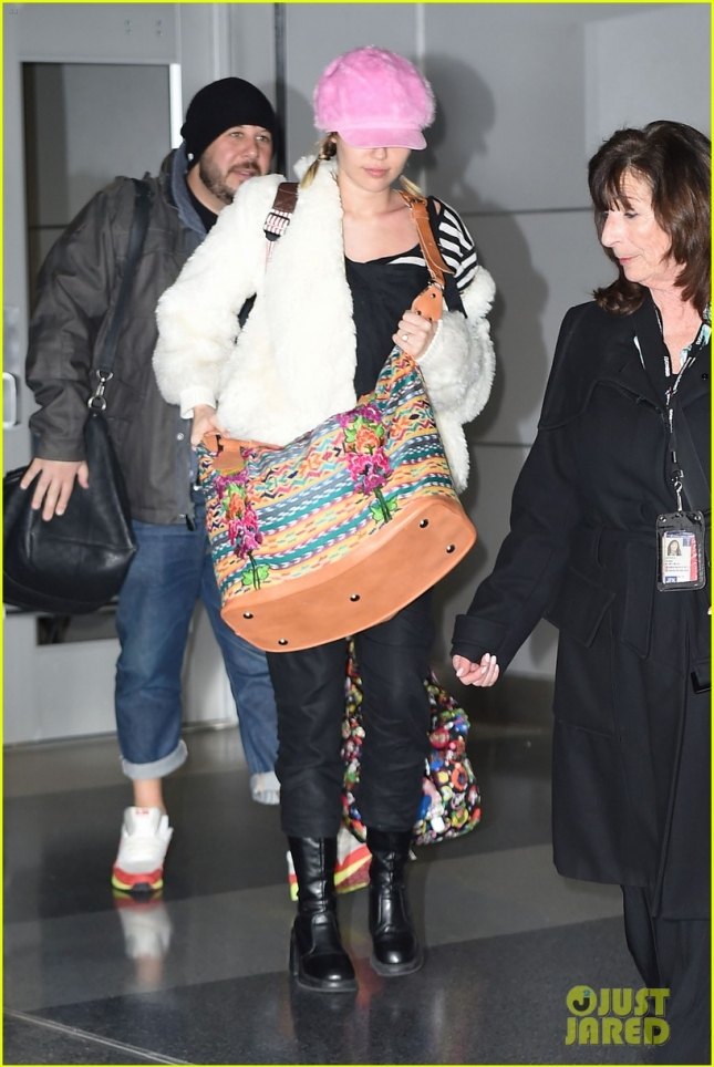 miley-cyrus-wears-ring-at-airport-05