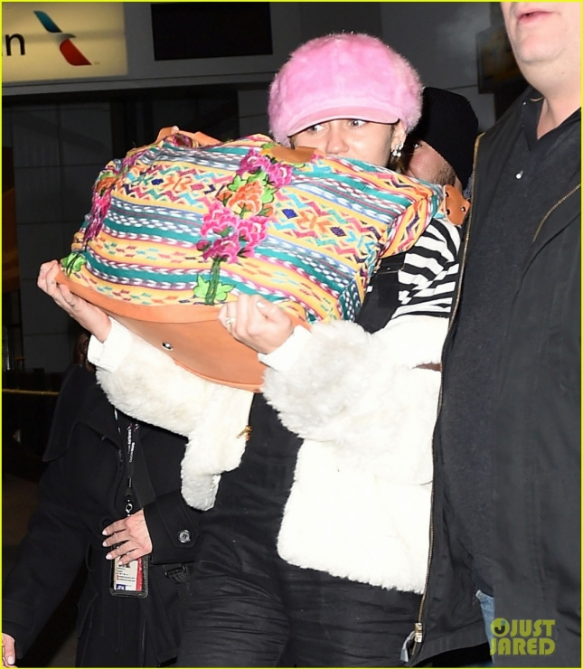 miley-cyrus-wears-ring-at-airport-27