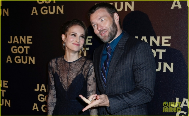 natalie-portman-and-joel-hold-hands-at-premiere-08