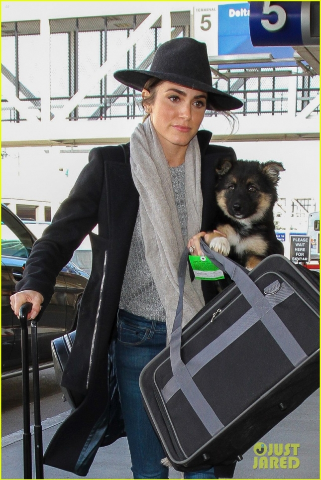 nikki-reed-flies-with-dog-new-owners-lax-04