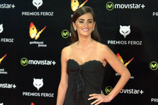 penelope-cruz-bares-her-long-legs-at-ferox-awards-2016-03