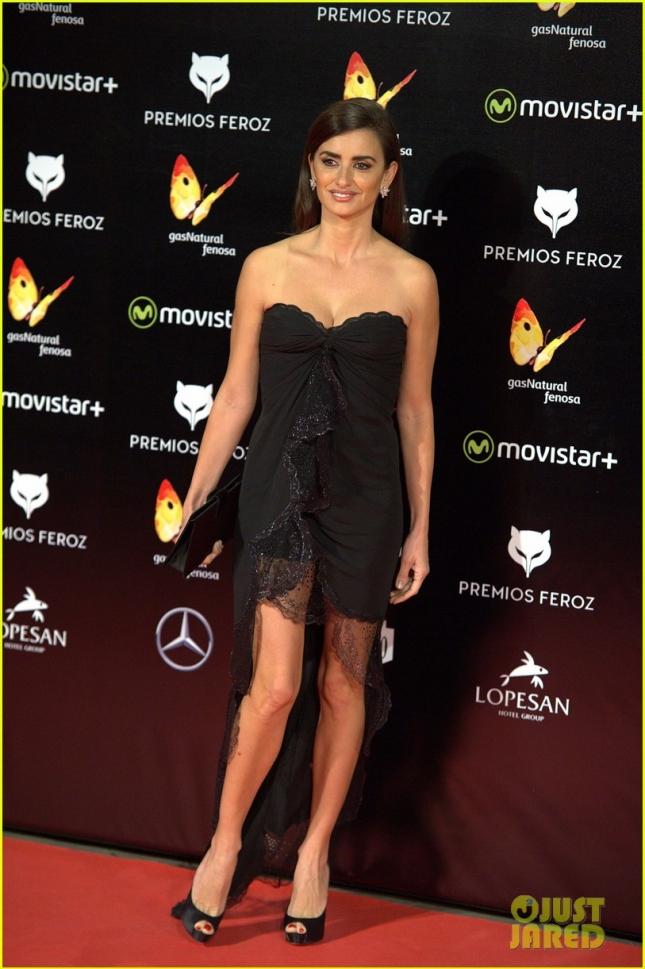 penelope-cruz-bares-her-long-legs-at-ferox-awards-2016-05