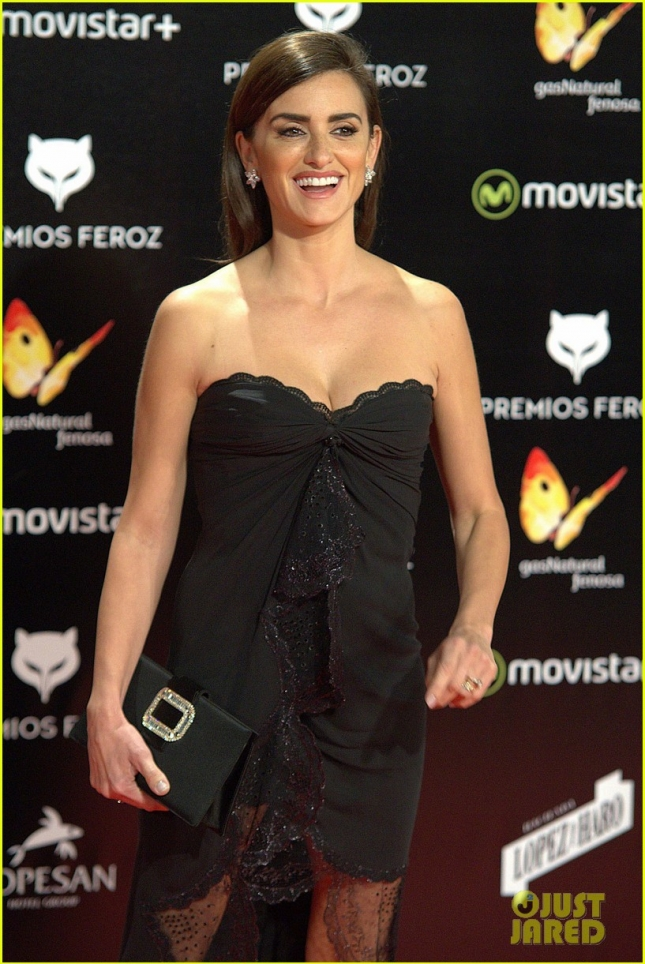 penelope-cruz-bares-her-long-legs-at-ferox-awards-2016-28