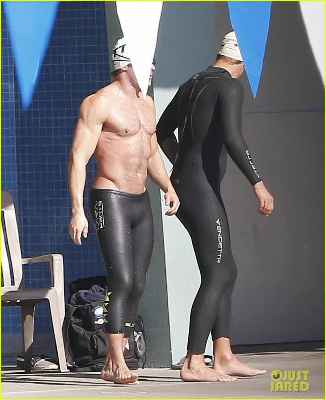 zac-efron-goes-shirtless-for-baywatch-swimming-lessons-17