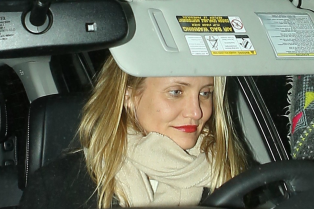 cameron-diaz-shows-off-her-tiny-nose-ring-01