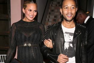 chrissy-teigen-has-a-pregnancy-glow-flaunts-bigger-bump-01