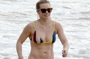hilary-duff-shows-off-amazing-body-in-a-bikini-in-hawaii-01