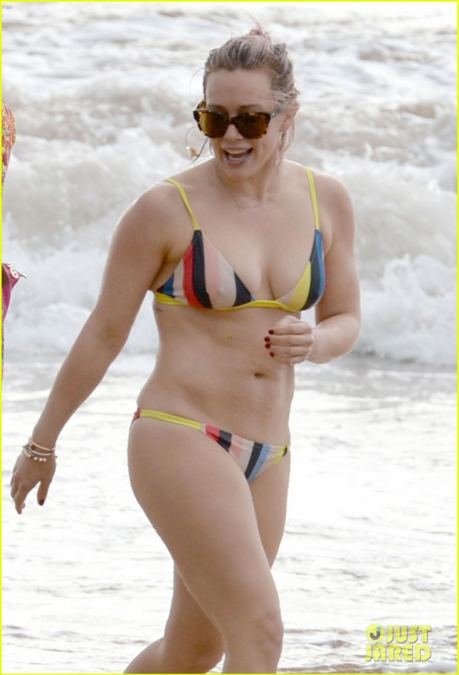 hilary-duff-shows-off-amazing-body-in-a-bikini-in-hawaii-02а