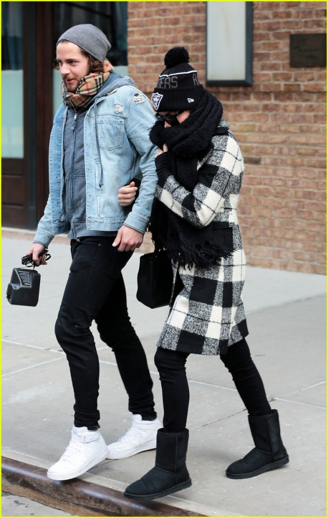 margot-robbie-heads-to-new-york-with-boyfriend-tom-ackerley-02