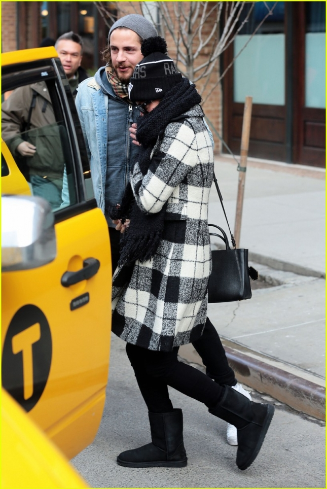 margot-robbie-heads-to-new-york-with-boyfriend-tom-ackerley-18