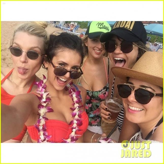 nina-dobrev-bikini-vacation-in-hawaii-02