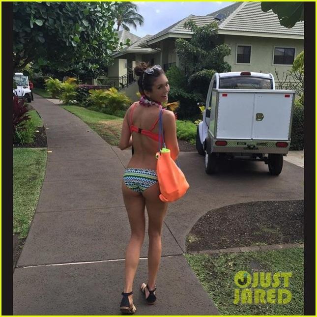 nina-dobrev-bikini-vacation-in-hawaii-07