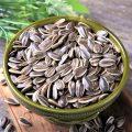 Семена подсолнечника — 79% (процент суточной потребности витамина в 100 г.)